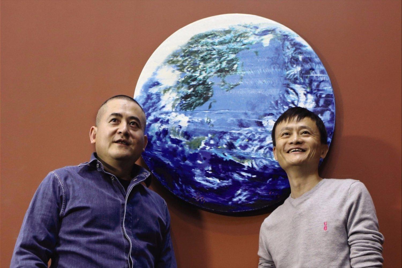 Jack Ma (phải) bên cạnh tác phẩm của mình