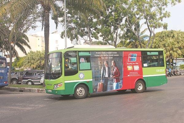 Chỉ một số ít xe buýt tại TPHCM hiện nay có dán quảng cáo. Ảnh: Anh Quân.